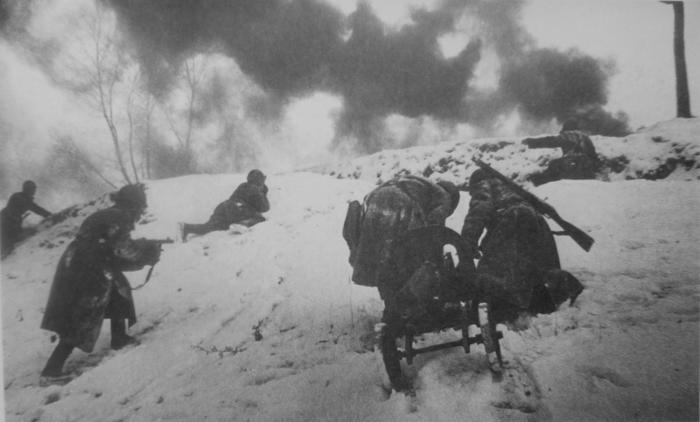 Фото: Красноармейцы с пулеметом «Максим» взбираются на вершину высоты во время боев под Москвой