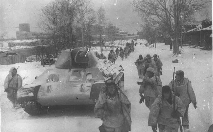 Фото: Битва за Москву. Советские войска на марше проходят через освобожденный город Клин