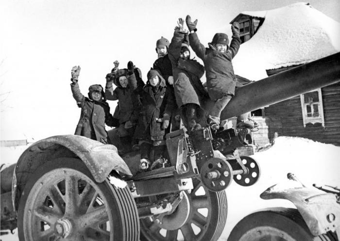Фото: Советские дети на брошенной немецкой повозке со стволом 210-мм мортиры под Москвой