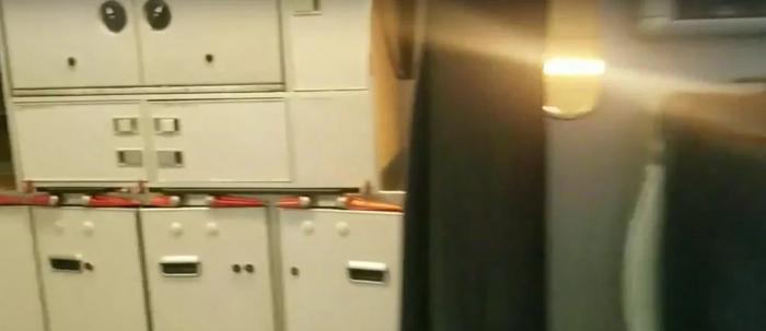 Фото №7. Чередующиеся короткие и длинные красные рукоятки технологического оборудования передней кухни.