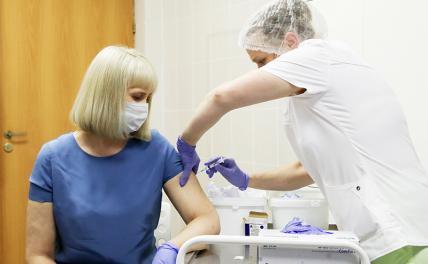 На фото: женщина во время вакцинации добровольцев в городской поликлининке №62 в рамках пострегистрационного исследования вакцины от коронавируса