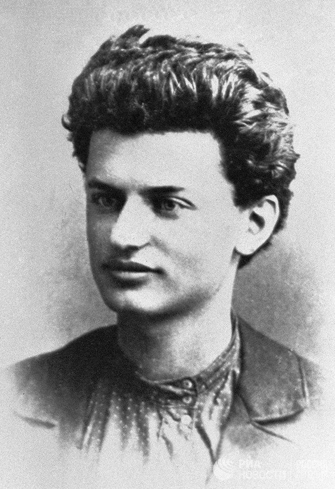Лев Давидович Троцкий (Лейба Бронштейн 1879-1840), политический и государственный деятель РСФСР. 1897 год