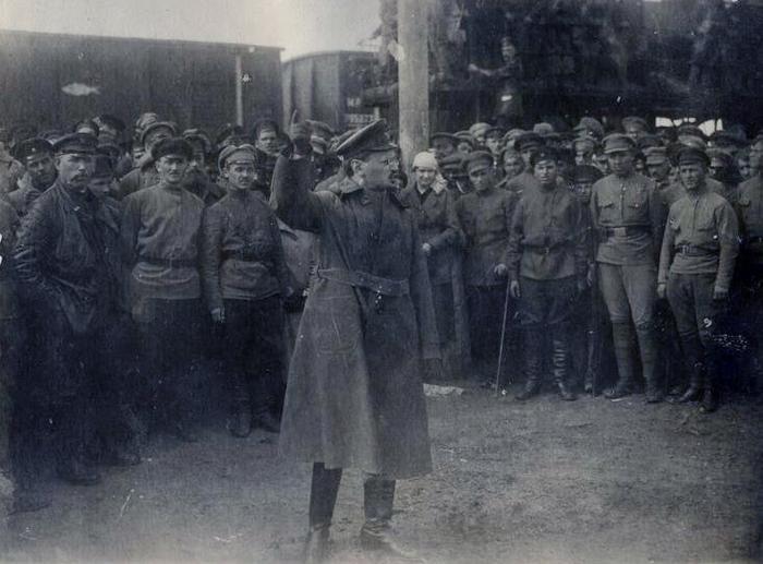 Лев Троцкий выступает перед солдатами