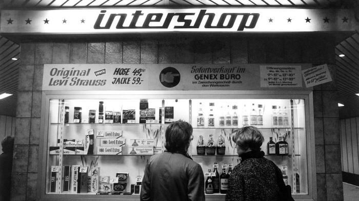 (GERMANY OUT) Intershop (a government-run retail store in East Germany, where high-quality goods are sold for hard currency) on the grounds of Bahnhof Friedrichstrasse (a railway station) in East Berlin (Photo by Wolfgang Wiese/ullstein bild via Getty Images) 1985 год
