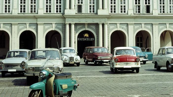 DDR: Rostock - (GERMANY OUT) Rostocker Rathaus, davor ein Parkplatz mit Autos (Photo by Harald Lange/ullstein bild via Getty Images) Date created: