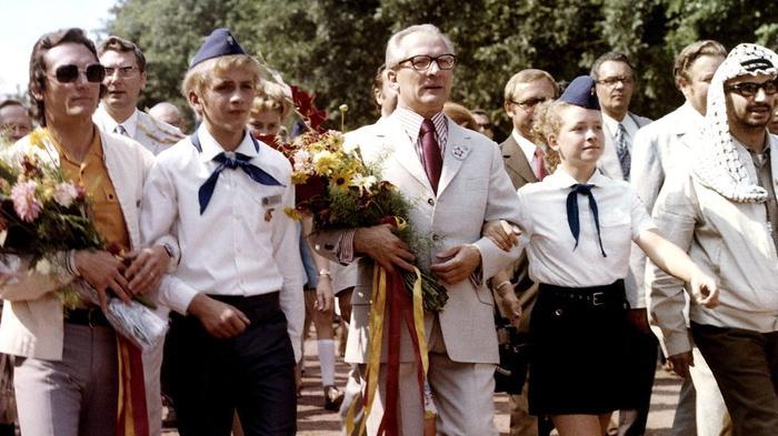 Немецкие пионеры маршировали с главой ГДР Эриком Хоннекером
