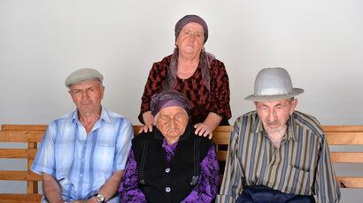 Долгожительница из Кабардино-Балкарии Нану Шаова, которой исполнилось 127 лет, с семьей, 17 июля...