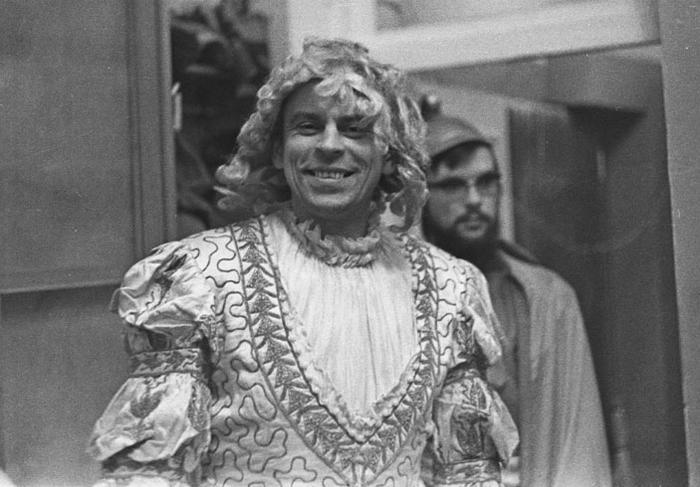 Ю. В. Гапонов в роли Аполлона во время исполнения оперы «Архимед» («Троицкий вариант» №23, 2019)