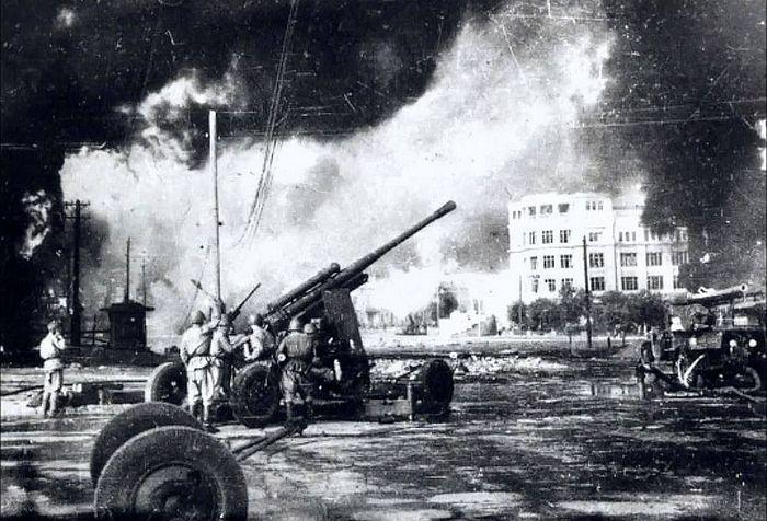 Горящий Сталинград. Зенитная артиллерия ведет огонь по немецким самолетам 1942 г. Место съемки: Сталинград, Площадь