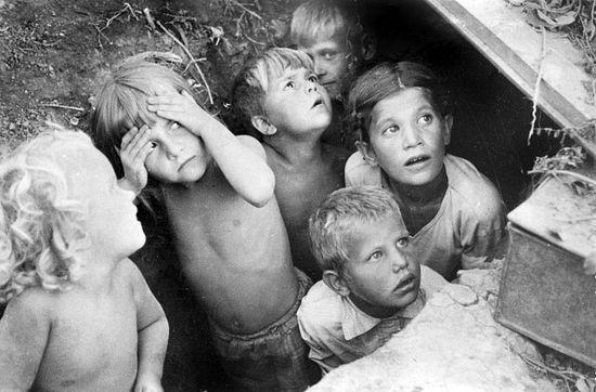 Дети Сталинграда прячутся от налёта. 1942 г. Фото: Л.И. Конов