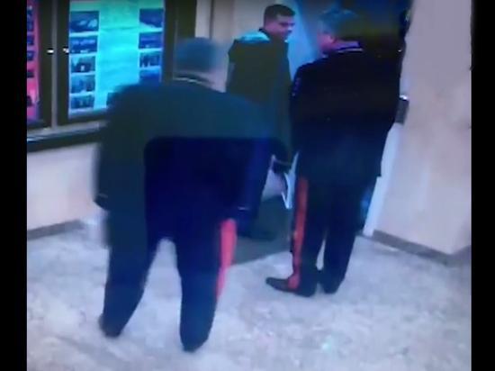 Отказавшийся пропустить в лифт генералов МВД следователь получил выговор