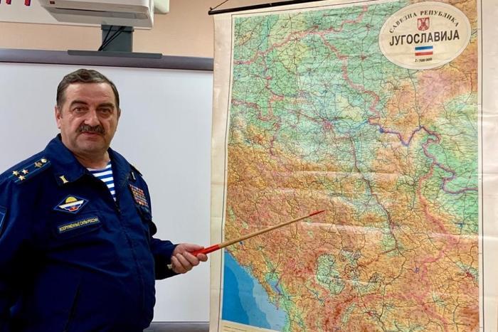 Полковник Сергей Павлов у карты Югославии, подаренной ему 20 лет назад. Фото: Владимир Нордвик