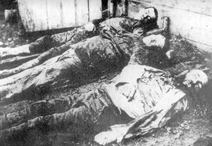 Трупы заложников, расстрелянных в харьковской тюрьме.