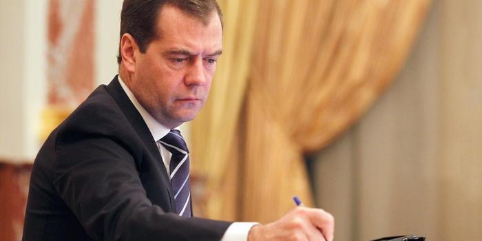 Медведев отменил декрет 1917 года о 8-часовом рабочем дне