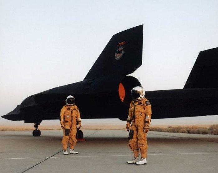 Почти как космонавты – пилоты самолета-разведчика Lockheed SR-71 Blackbird. | Фото: warhistoryonline.com.