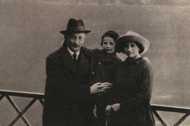 Феликс Дзержинский и Софья Мушкат с сыном Яном в Лугано, Швейцария, октябрь 1918 г.