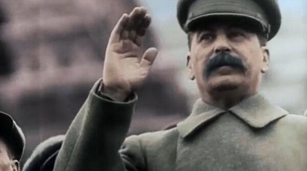 Иосиф Сталин принимает парад