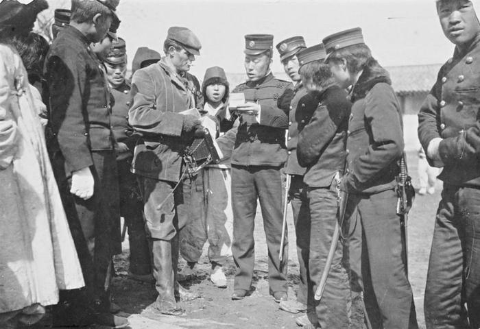 Джек Лондон (в центре) задержан японской полицией в Корее. 1904
