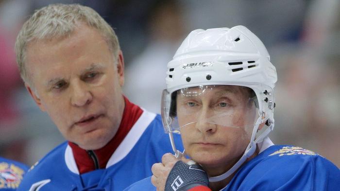 Слава и Вова играют в хоккей.