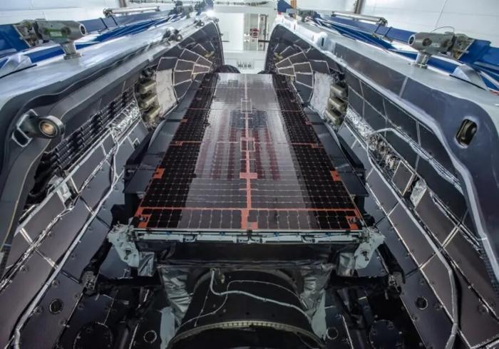 Видео: автономная платформа SpaceX ловит падающий обтекатель ракеты Falcon 9