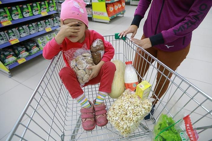 Испачканная обувью ребенка тележка - неуважение к другим покупателям Фото: Мария ЛЕНЦ