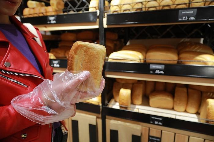 Если хлеб открытый, это не значит, что его можно щупать руками. Пакеты для чего? Фото: Мария ЛЕНЦ