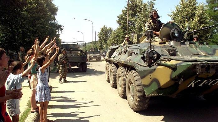 Российский десант входит в Приштину. Источник изображения: https://vk.com/denis_siniy