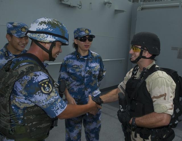 Рукопожатие китайского и американского военных моряков