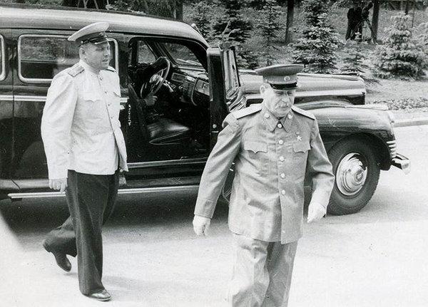 Иосиф Сталин выходит из ЗИС-110СО и направляется к правительственной трибуне на Тушинском аэродроме в день празднования Дня Военно-воздушного флота 8 июля 1950 года