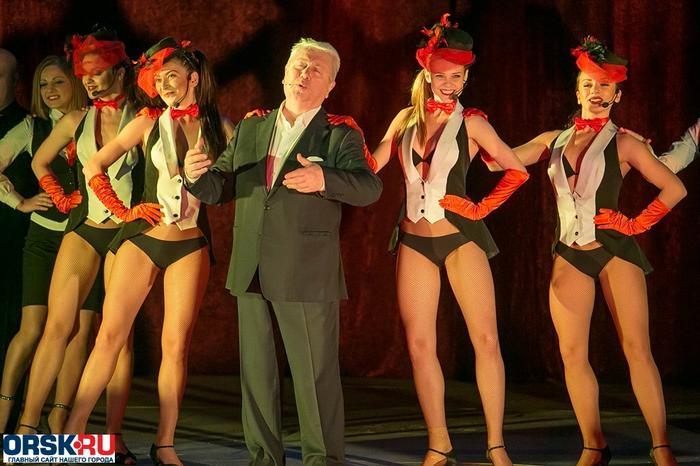 Как-то неорганично сморится Владимир Натанович на сцене. Чего-то не хватает или кто-то лишний? Фото Яндекс.Картинки.