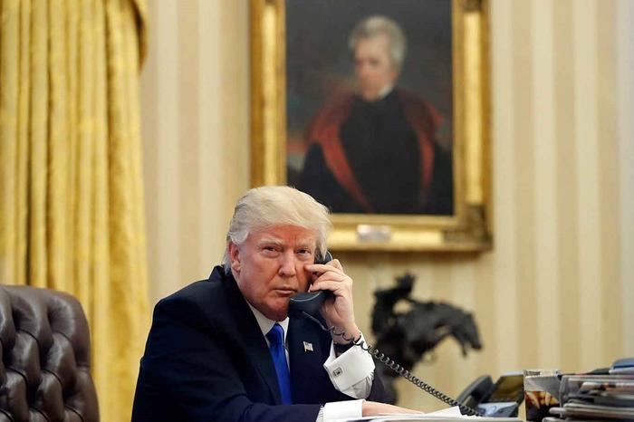 Трамп во время переговоров.png