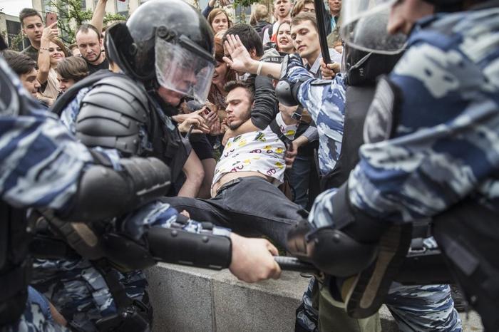 Избиения и полицейский произвол. Какую Россию за 20 лет построил Путин