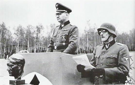 На фото командир дивизии СС «Галичина» Фрейтаг. Вятрович считает, что он одет в вышиванку