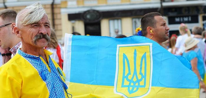 Мужчина с флагом Украины