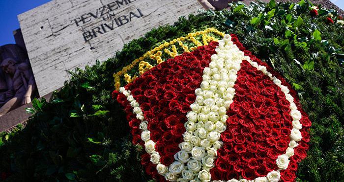 Цветочный венок в цветах флага Латвии