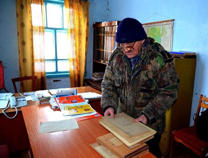 Глава и  президент  Шантальской Сергей Касьянов хранит подомовые книги с 1934 года