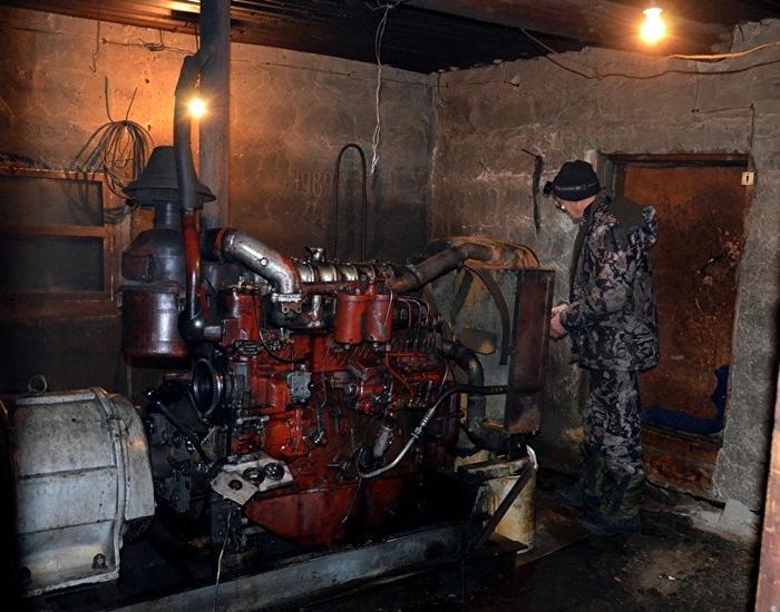 Электричество в Шантальской есть по три часа в сутки и то если запустится этот 37-летний двигатель