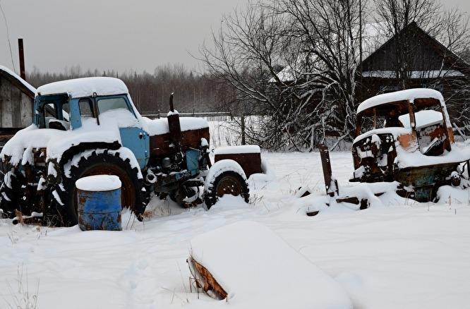 Раньше жители деревни чистили трактором 70 километров зимника до Пуксинки. На это уходило два дня. Сейчас сил пенсионеров хватает только на половину пути