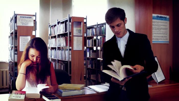 devchonki-studentki-reshili-razvlechsya-v-bane