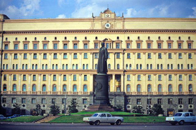 Памятник на Лубянской площади перед демонтажом 22 августа 1991 года.