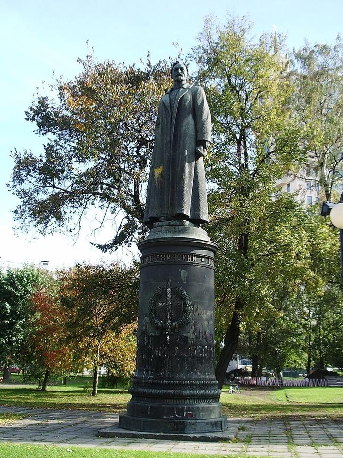 В октябре 1991 года по решению Президиума Моссовета памятник Дзержинскому в числе прочих памятников, снятых с пьедесталов, был помещён в парк искусств «Музеон».