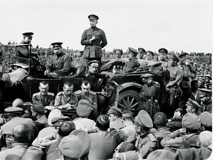 Керенский выступает на митинге нафронте, июнь 1917г.
