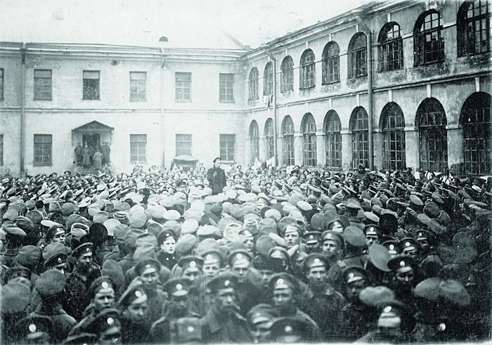 Солдатский митинг в казармах. Петроград, 1917г.