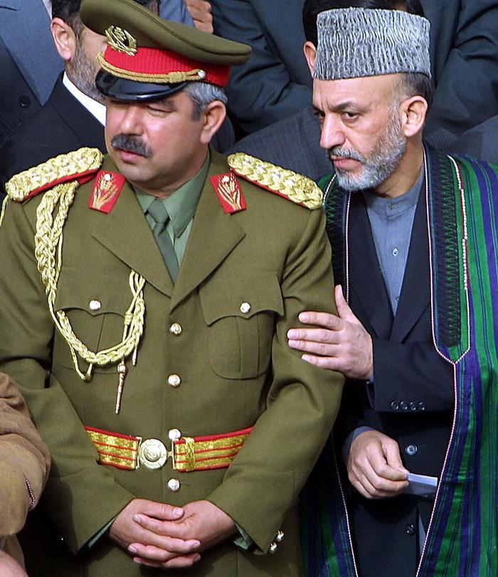 Лидер Временного правительства Афганистана Хамид Карзай и заместитель министра обороны генерал Абдул-Рашид Дустум, 21 марта 2002 года.