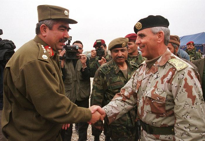 Замминистра обороны Афганской Временной администрации генерал Абдул-Рашид Дустум приветствует начальника штаба Вооруженных сил Иордании генерала Мохаммеда Юсефа Малкави, 16 февраля 2002 года.