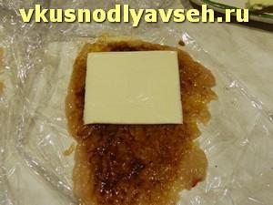 на филе положить плавленный сыр