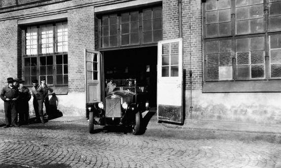 Первый автомобиль Volvo OV4 (Вольво OV4) выезжает из ворот завода компании в Гетеборге. 14 апреля 1927 года.