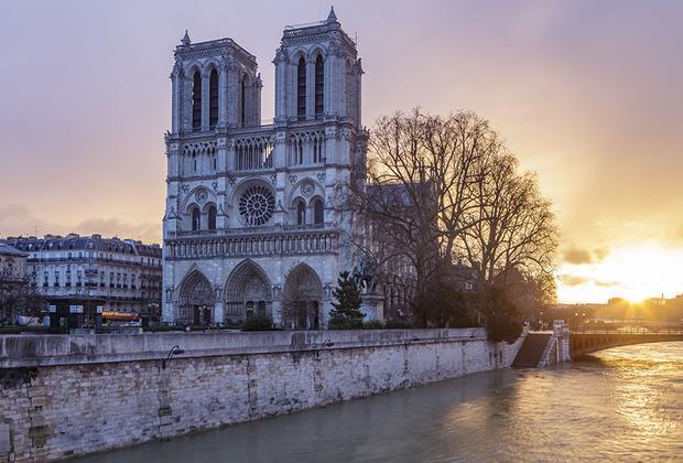 Стала известна судьба спасенных из собора Парижской Богоматери реликвий