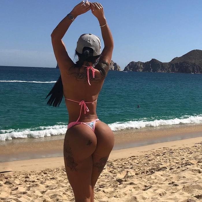 Красивые попы девушек на пляже