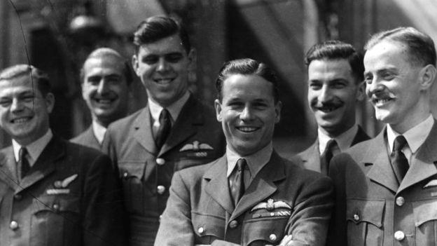 Гай Гибсон (третий справа)